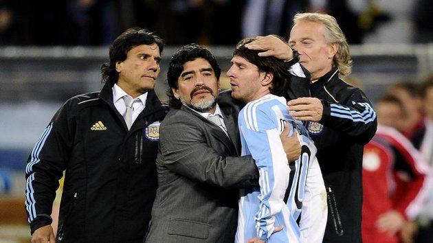 V objetí bývalý trenér Argentiny Diego Maradona a hvězdný Lionel Messi.