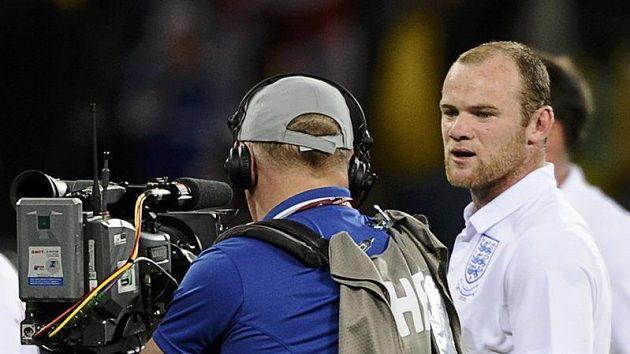 Wayne Rooney měl nedávno co dělat i s televizními novináři.