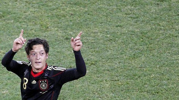 Německý fotbalista Mesut Özil se raduje z branky.