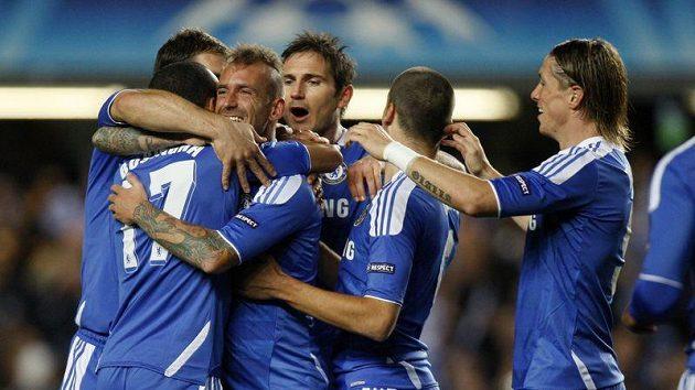 Fotbalisté Chelsea oslavují gól