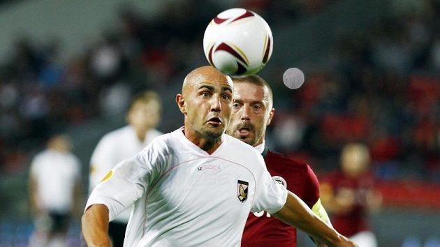 Fotbalový útočník Palerma Massimo Maccarone před obráncem Sparty Řepkou