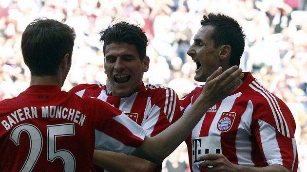 Fotbalisté Bayernu Mnichov Thomas Müller (vlevo), Mario Gomez (uprostřed) a Miroslav Klose se radují z branky.