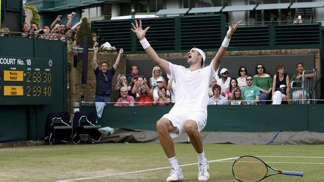John Isner oslavuje heroické vítězství ve Wimbledonu