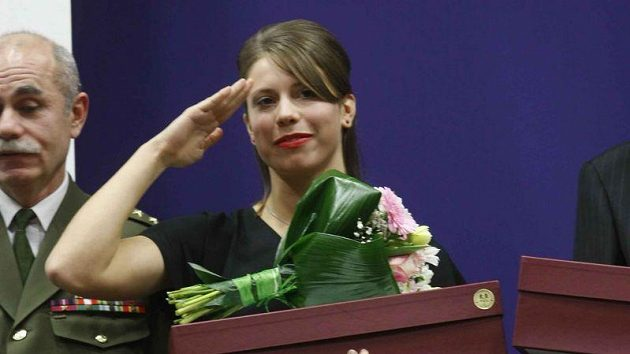 Eva Samková při dekorování nejlepších armádních sportovců roku.