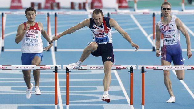 Josef Prorok (vpravo) si ve finále závodu na 400 metrů překážek doběhl pro šesté místo. Uprostřed vítězný Brit David Greene.