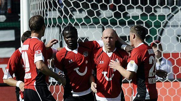 Fotbalisté Hannoveru (druhý zprava Jiří Štajner) budou nosit číslo zesnulého brankáře Roberta Enkeho na dresech až do konce sezóny.