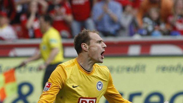 Gólman Jaroslav Drobný v utkání proti Leverkusenu, které rozhodlo o sestupu Herthy Berlín z bundesligy.