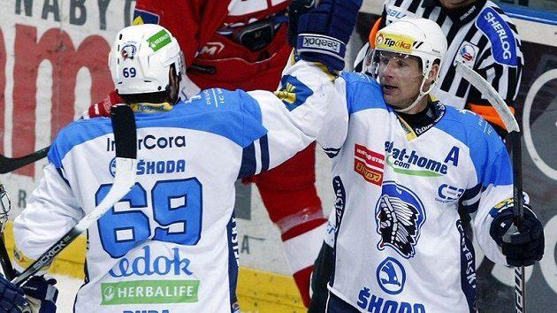 Plzeňští hokejisté Radek Duda a Ondřej Kratěna (vpravo) se radují z gólu