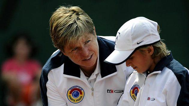 Bývalá tenistka Hana Mandlíková učí jednu ze studentek při tréninku v tenisovém klubu Sparta Praha