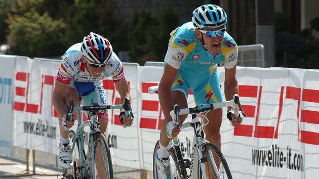 Roman Kreuziger (vpravo) v Alpách zvažoval, že Tour předčasně ukončí.