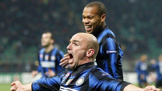 Záložník Interu Milán Esteban Cambiasso oslavuje svou trefu.