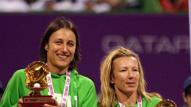 Květa Peschkeová (vpravo) a Katarina Srebotniková drží trofeje pro vítězky turnaje v Dauhá ve čtyřhře.