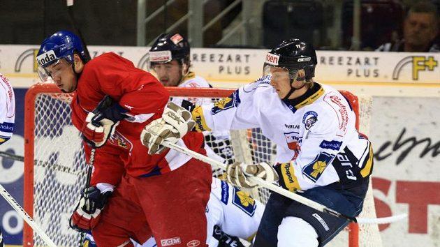 Kovář v dresu české hokejové reprezentace (vlevo) v utkání proti Liberci