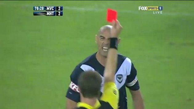 Kevin Muscat z Melbourne se hádá s rozhodčím, který mu ukazuje červenou kartu