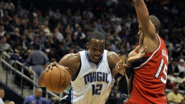 Basketbalista Orlanda Dwight Howard (vlevo) postupuje v zápasu NBA přes Ala Horforda z Atlanty.