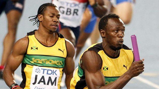 Jamajčan Yohan Blake (vlevo) předal štafetový kolík Usainu Boltovi - a byl z toho světový rekord.