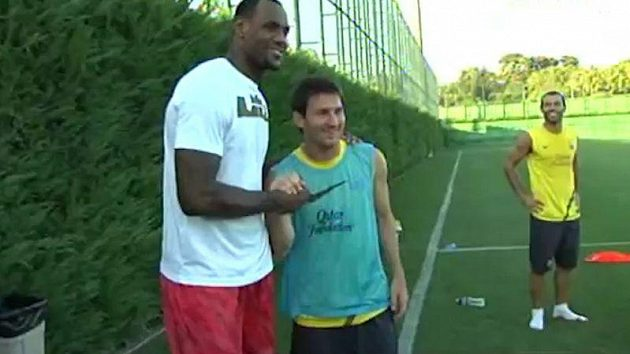 LeBron James(vpravo) a Lionel Messi