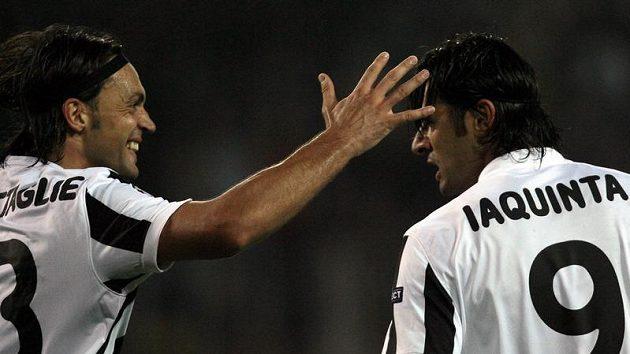 Vincenzovi Iaquintovi (vpravo) gratuluje k brance jeho spoluhráč z Juventusu Nicola Legrottaglie.