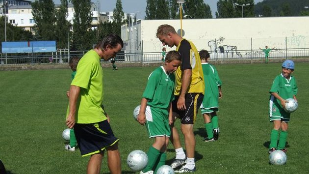 Manažer reprezentace Vladimír Šmicer (vlevo) a jeho trénink s malými fotbalisty.