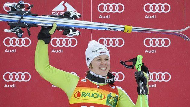 Viktoria Rebensburgová z Německa se raduje z vítězství.