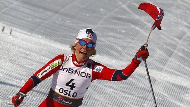 Vítězka Therese Johaugová se raduje v cíli třicítky.