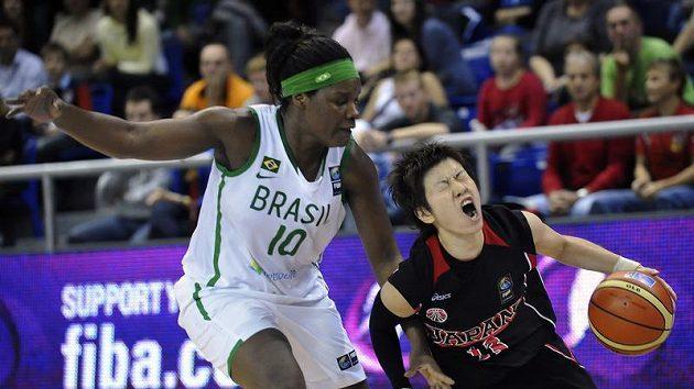 Brazilská hráčka Silvia Gustavo Rochaová (vlevo) brání Japonku Juko Ogaovou.