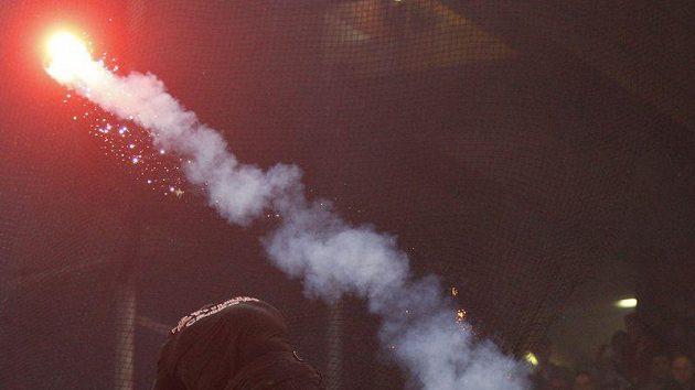 Jeden ze Srbů šplhá po bezpečnostní bariéře na stadionu v Janově.