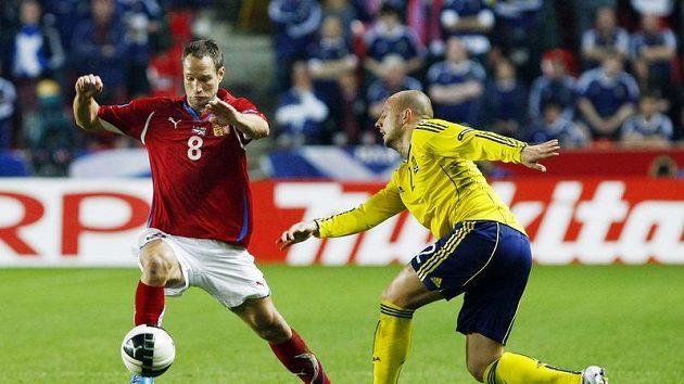 Jan Polák (vlevo) ještě v dresu národního týmu se snaží obejít skotského obránce Huttona.