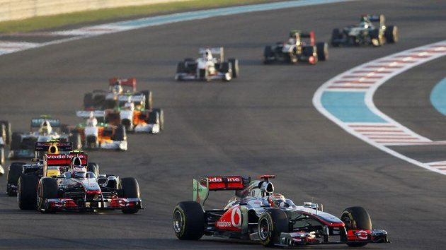 Brit Lewis Hamilton s mclarenem se po pár stovkách metrů Velké ceny Abú Zabí dostal do čela a první byl i v cíli.