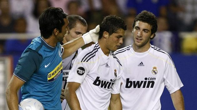 Gólman Juventusu Gianluigi Buffon (vlevo) promlouvá ke Cristianu Ronaldovi z Realu Madrid. Vpravo Ganzalo Higuain.