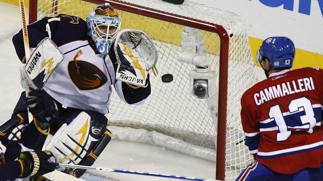 Brankář Atlanty Ondřej Pavelec chytá střelu Mikea Cammalleriho z Montrealu.