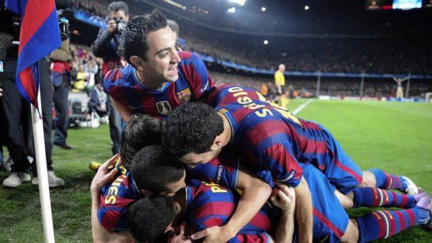 Fotbalisté Barcelony se radují z branky Messiho.