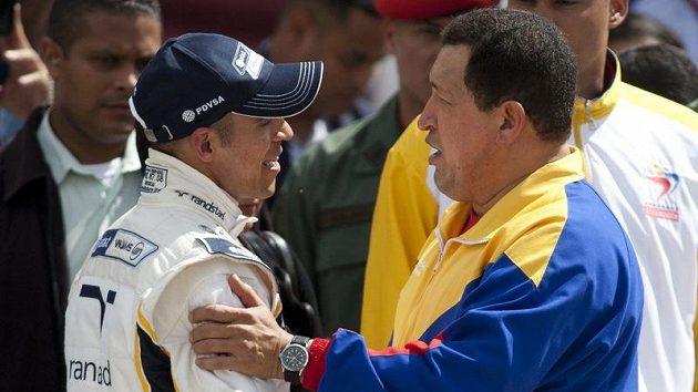 Venezuelský prezident Hugo Chávez (vpravo) si oblíbil i formuli 1. Na snímku s nováčkem v seriálu Pastorem Maldonadem.