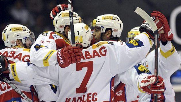 Hokejisté Slavie se radují z branky na pardubickém ledě.
