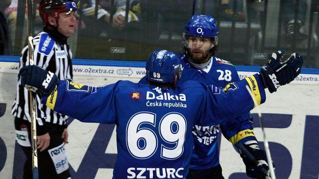 Vítkovičtí hráči Szturc a Štefanka se radují z branky do sítě Slavie.