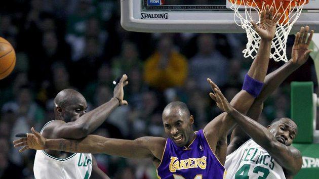 Kobe Bryant (24) se probíjí mezi hráči Bostonu.