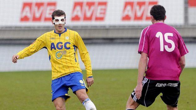 Admir Ljevakovič z Teplic (ve žlutém) si kryje míč před Janem Riegelem z Českých Budějovic.
