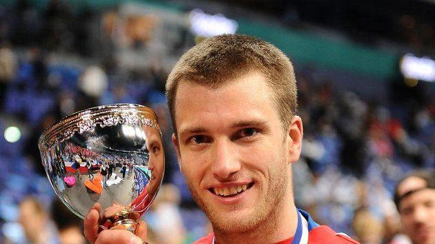 Český florbalista Aleš Jakůbek pózuje s trofejí pro třetí tým na MS ve Finsku.