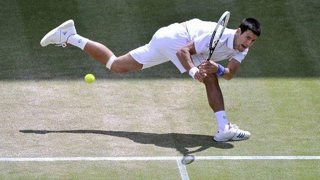 Srbský tenista Novak Djokovič během zápasu s Jo-Wilfriedem Tsongou v semifinále Wimbledonu.