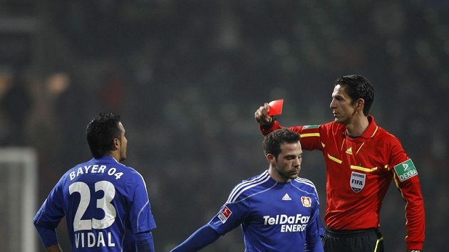 Leverkusenský Arturo Vidal dostal v utkání proti Brémám červenou kartu.