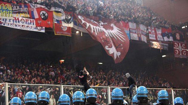 Janovská policie sleduje řádění srbských ultras.
