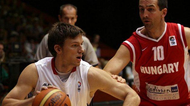 Pavel Pumprla (v bílém) v souboji s Maďarem Bódim