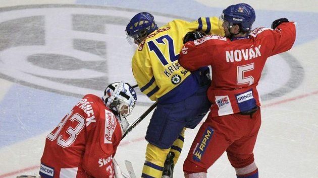 ilustrační foto: Filip Novák (vpravo) se snaží odstavit švédského hokejistu Markuse Krugera do bezpečné vzdálenosti od české branky.