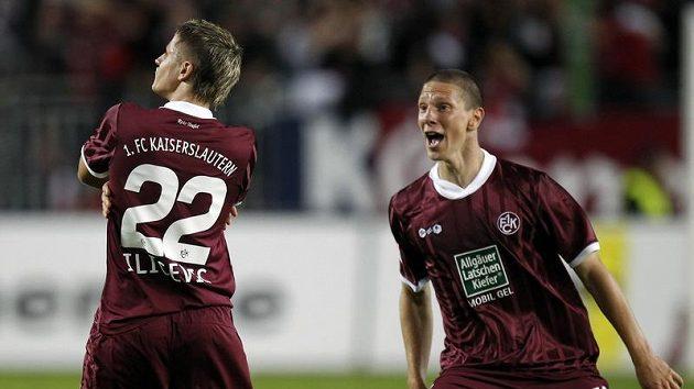 Ivo Iličevičč (vlevo) se raduje se svým spoluhráčem Jiřím Bílkem z Kaiserslauternu z branky do sítě Bayernu Mnichov.