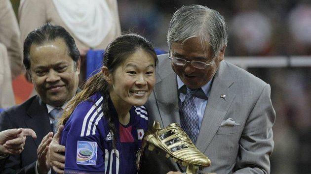Japonská fotbalistka Homare Sawa s trofejí pro nejlepší hráčku MS