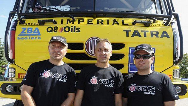 Loprais tým se svou tatrou. Zleva navigátor Jaro Miškolci, tenchnický ředitel Milan Holáň a pilot Aleš Loprais.