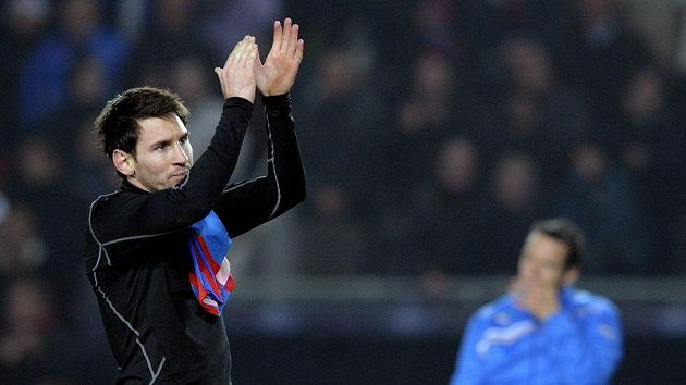 Útočník Barcelony Lionel Messi se loučí s pražským publikem. Přes rameno má plzeňský dres Františka Rajtorala.