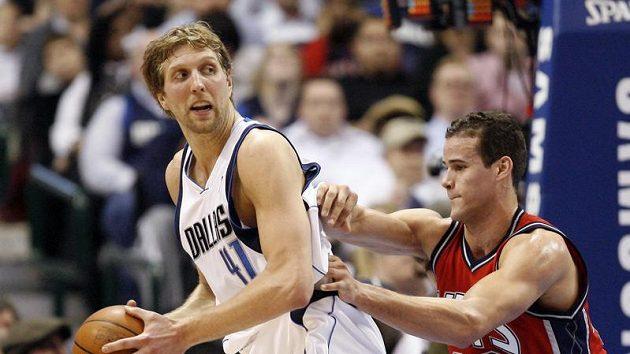 Hvězda Dallasu Dirk Nowitzki (vlevo) proti New Jersey