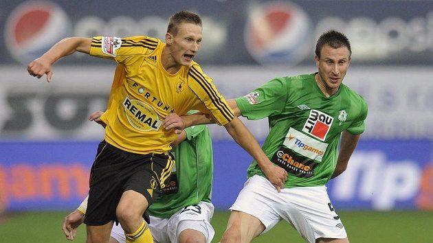 Milan Škoda (clevo) nakonec střeleckou smůlu protrhl a rozhodl o vítězství klokanů v malém pražském derby.