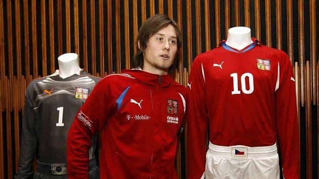 Tomáš Rosický představil nové dresy fotbalové reprezentace.